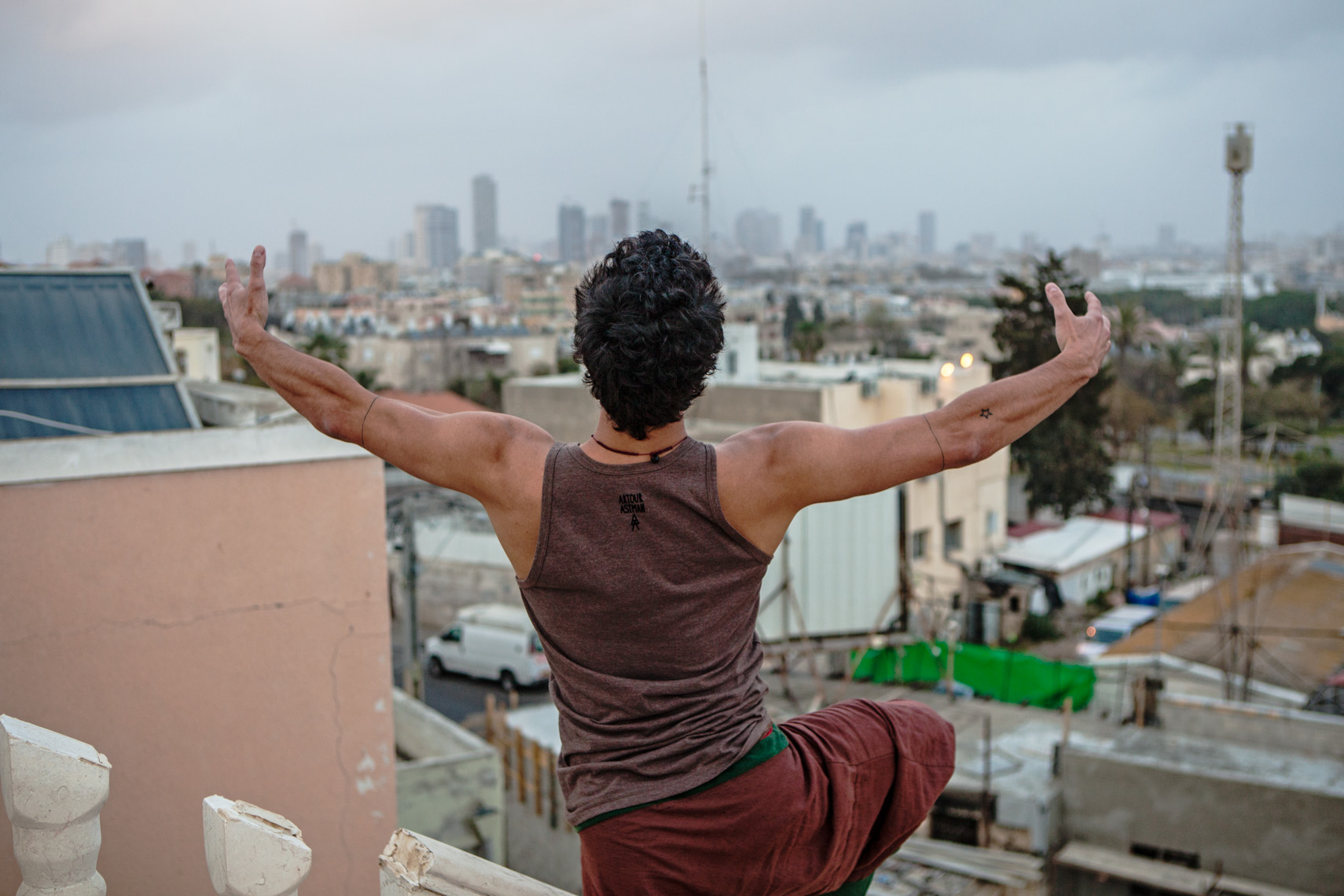 """I can hug the city from here"" / Anderson Braz for ""Dancers on Rooftops"""